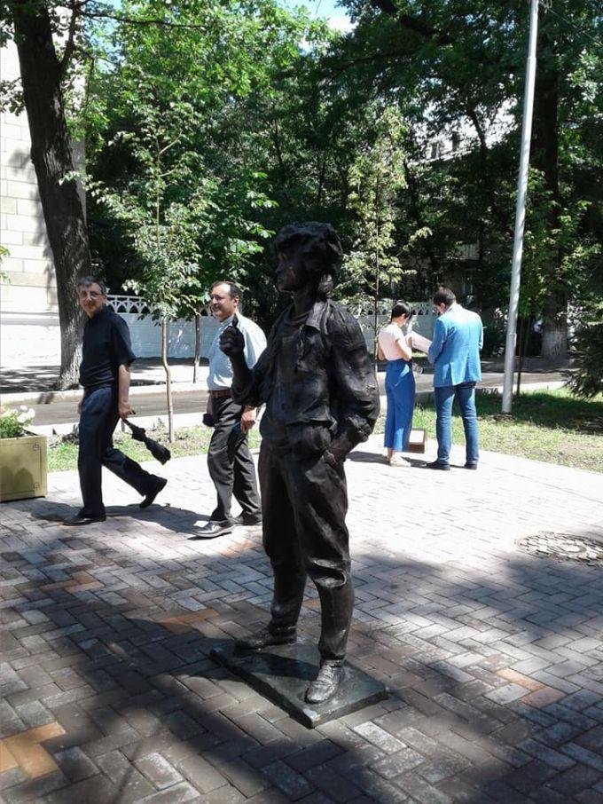 Памятник Виктору Цою открыли в Алматы