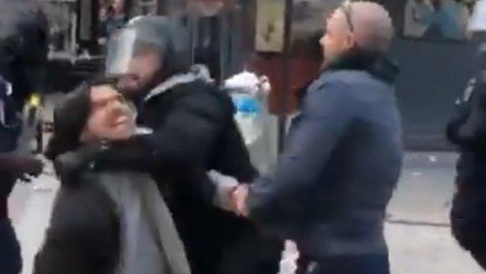 Советник Макрона избил мужчину вовремя первомайской демонстрации встолице франции