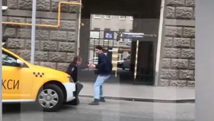 В столице около посольства Словакии мужчина сножом напал наполицейского