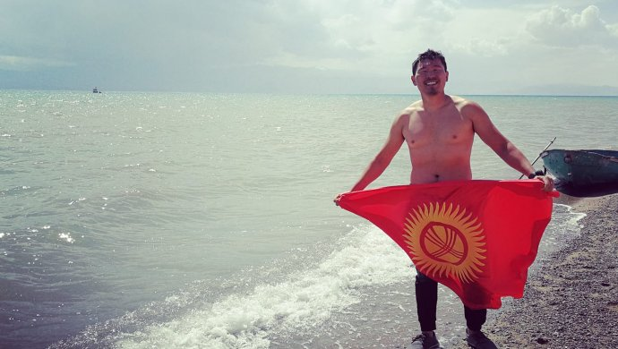 Алматинец Даулет Курманбаев переплыл Иссык-Куль