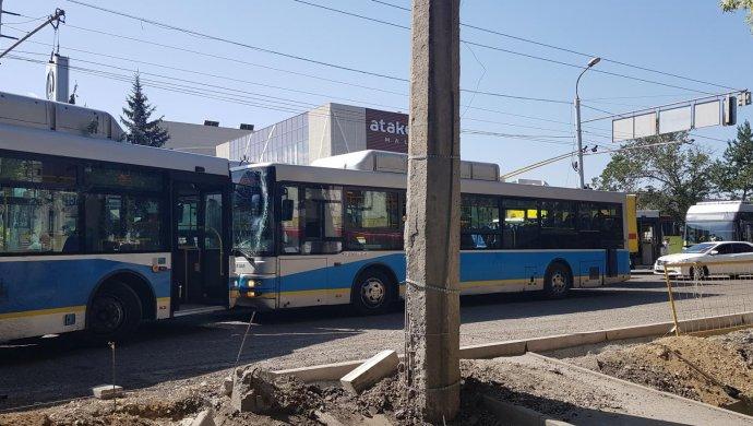 """""""Лоб в лоб"""": Два пассажирских автобуса столкнулись в Алматы"""