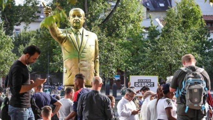 ВГермании установили золотую статую Эрдогана