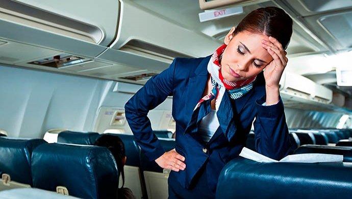 Авиакомпания наказала мужа стюардессы за то, что он раскрыл ее измены