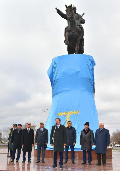В Петропавловске открыли памятник великому полководцу Кожабергену жырау