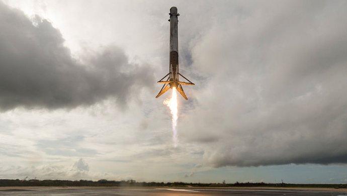 SpaceX запустила наорбиту ракету с60 спутниками