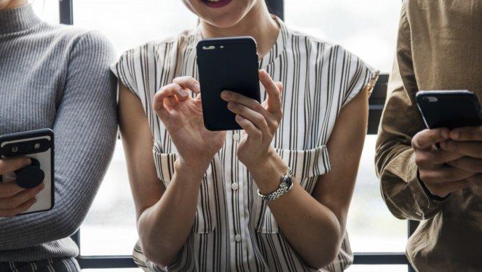Руководство раскритиковало налог на мобильные телефоны