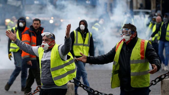Милиция пустила вход слезоточивый газ— Протесты встолице франции