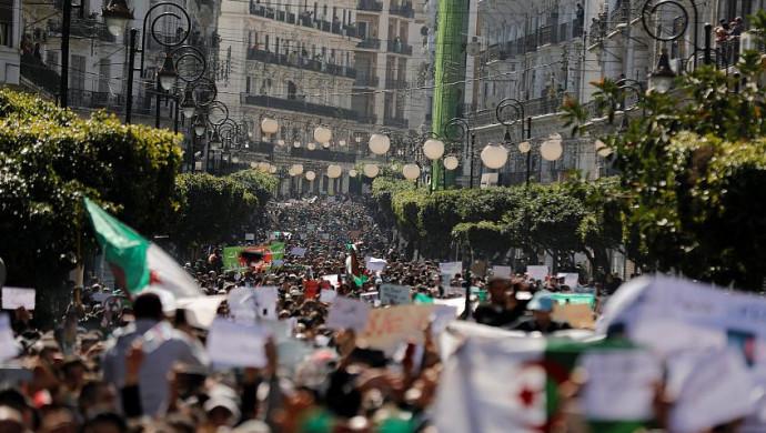 Президент Алжира подал вотставку. Онбыл увласти с1999 года