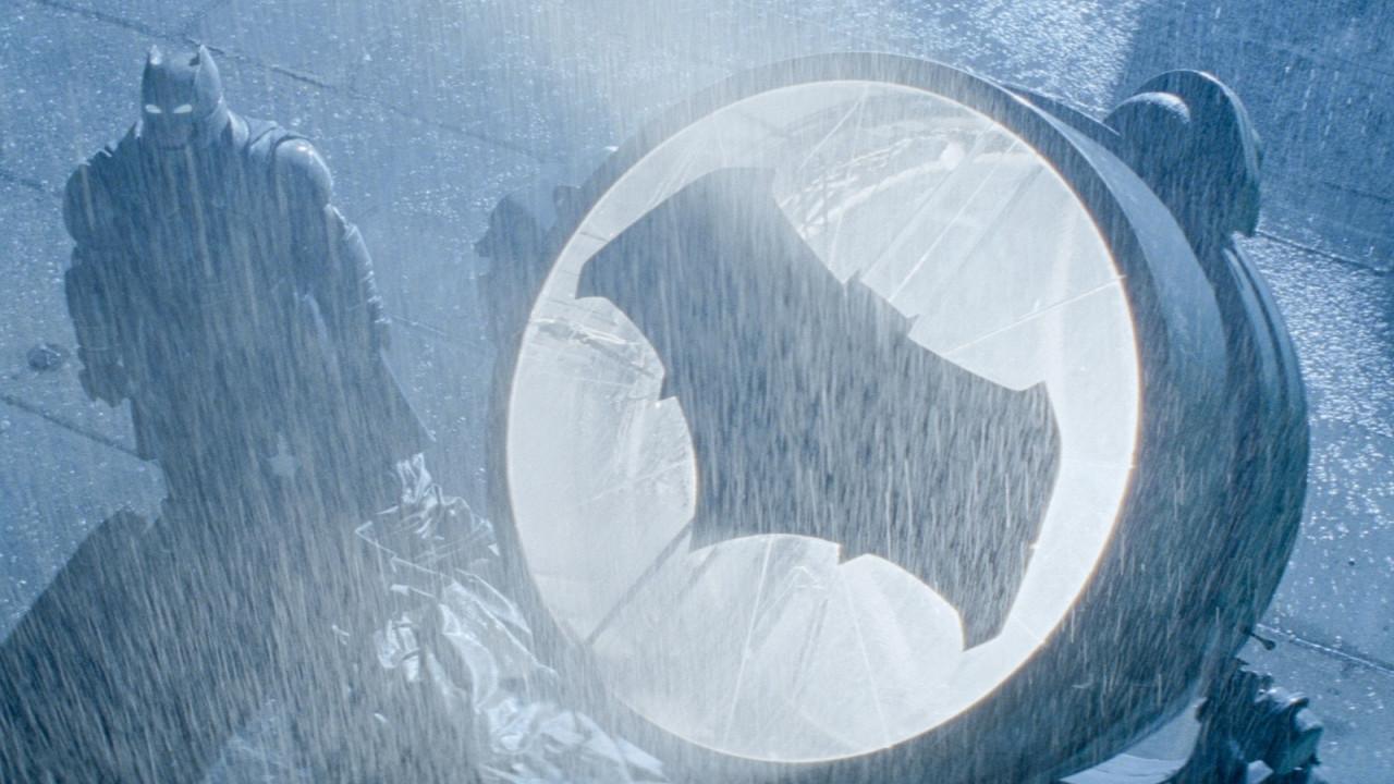 Супергерою 80 лет: нафасадах зданий повсей планете появился знак Бэтмена