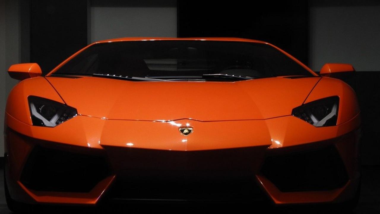 Мужчина купил Lamborghini нагосударственную помощь пострадавшим откоронавируса