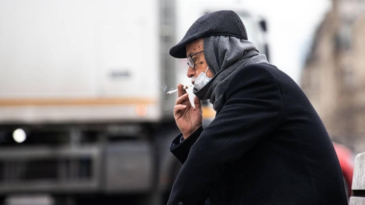 Власти Турции запретили курить на улицах из-за COVID-19