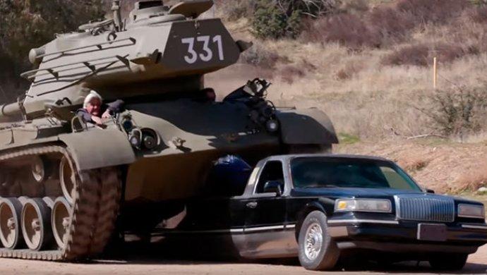 Картинки по запросу шварценеггер на танке раздавил лимузин