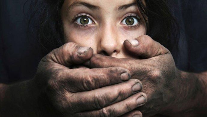 В Алматы неизвестный напал на девушку и нанес 12 ударов ножом