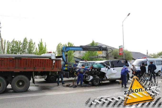 Без шансов на выживание - Delica протаранила КамАЗ в Алматы