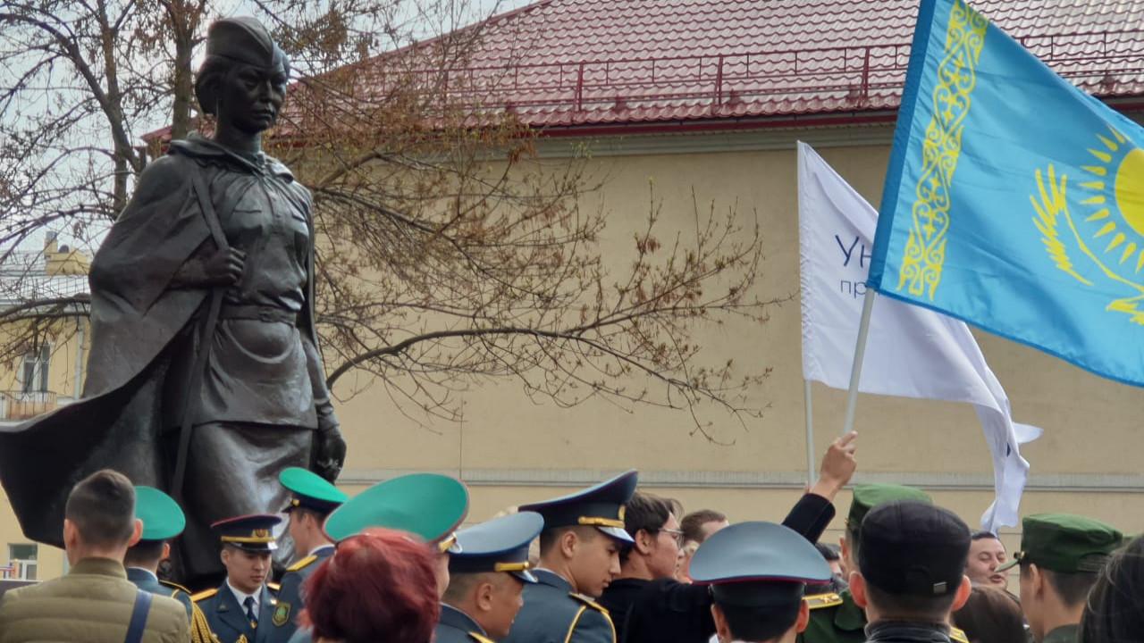 Памятник Алие Молдагуловой открыли в Санкт-Петербурге
