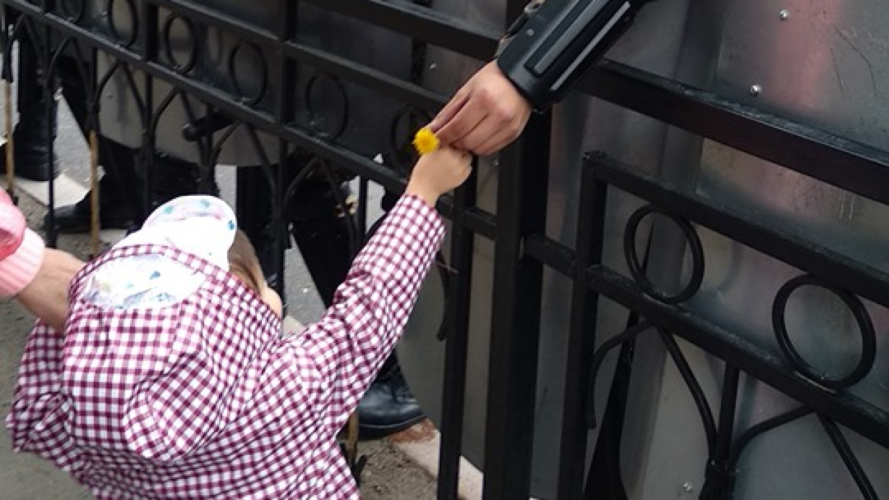 Почему девочка подарила цветок полицейскому