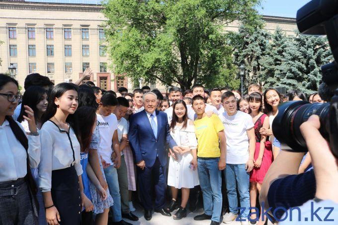 1561095751_nazarbaev-s-molodezhyu.jpg