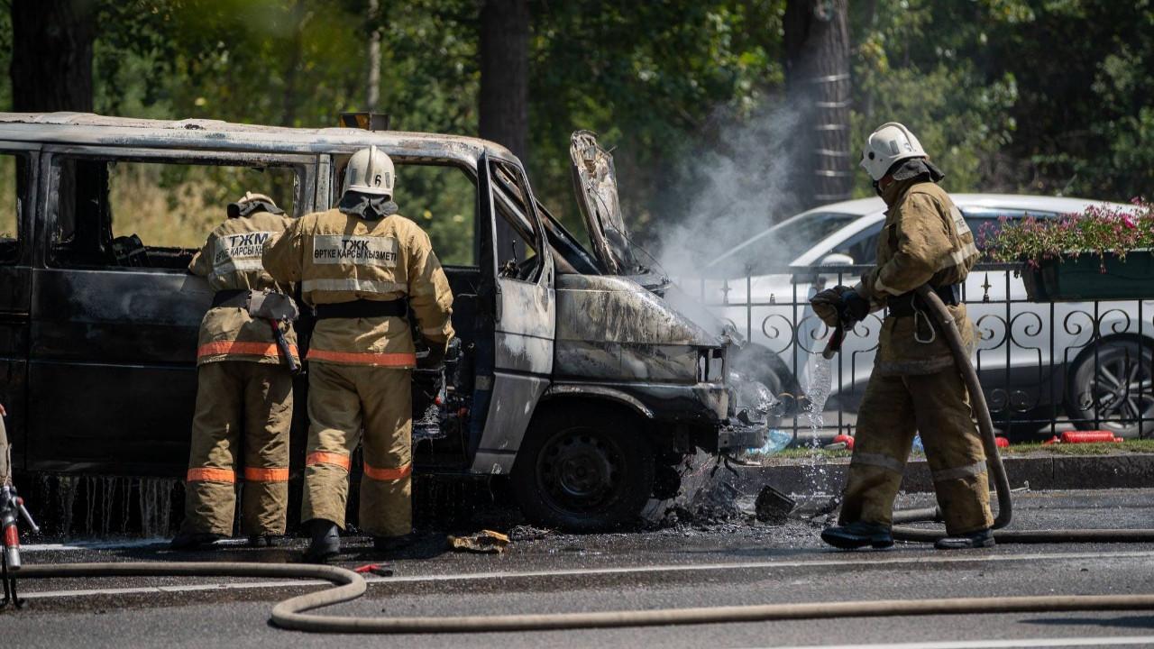 Микроавтобус сгорел на пр. Аль-Фараби в Алматы (ВИДЕО)