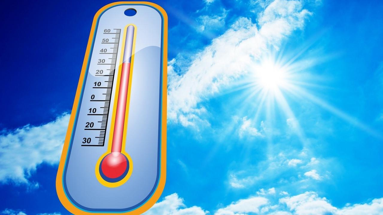 От жары в Казахстане тают асфальт и светофоры