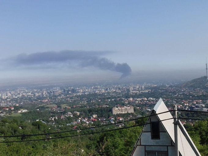 Склад горит в Алматы