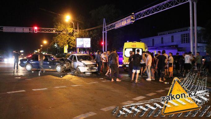 Водители не поделили перекресток в Алматы. Троих госпитализировали