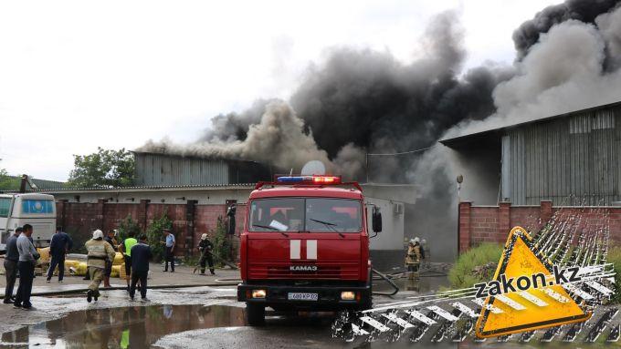 Пожар в районе барахолки в Алматы собираются тушить с воздуха