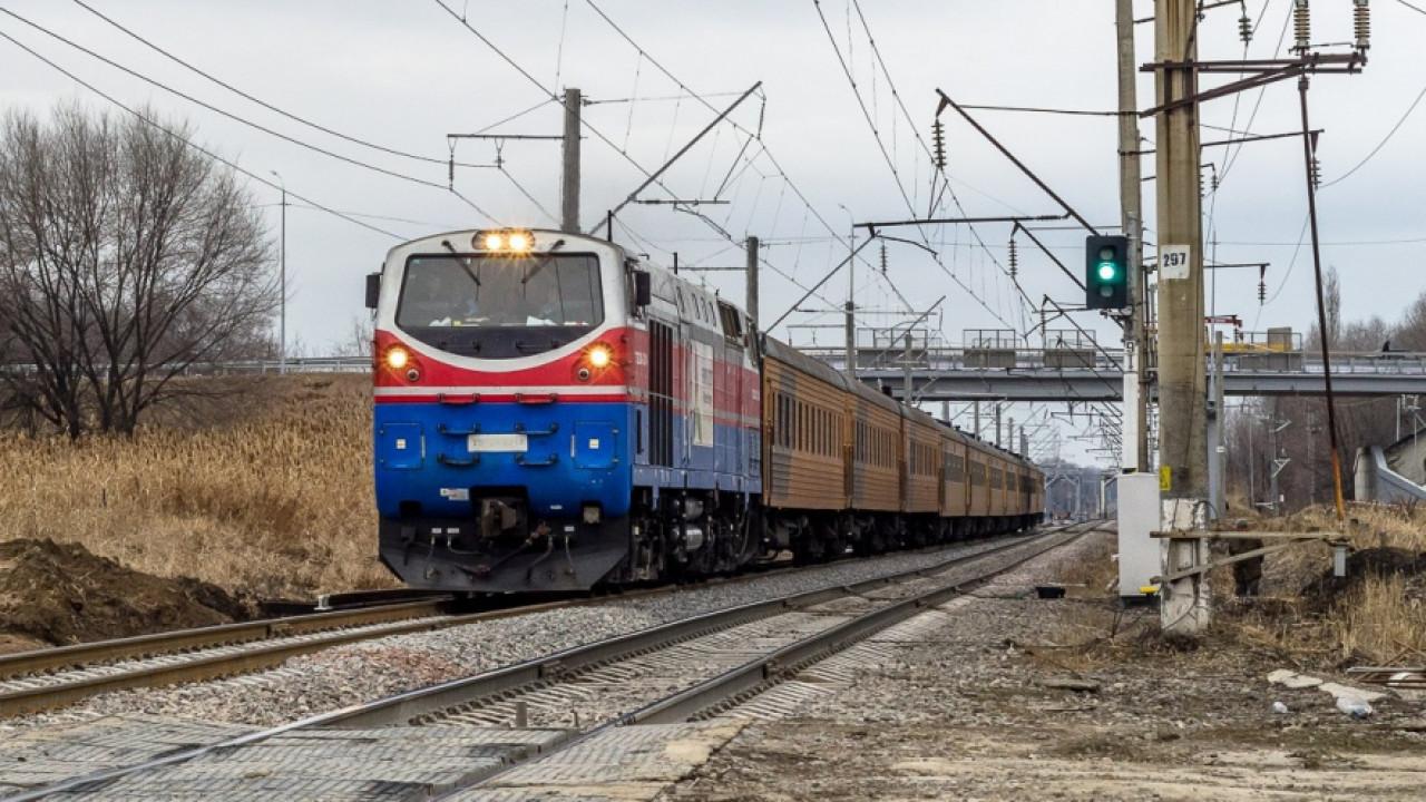 Пьяный житель Жамбылской области пытался остановить движущийся поезд