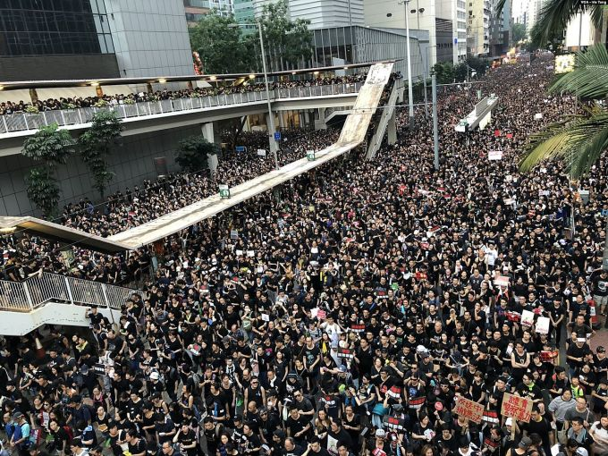1577251553_massovye-protesty-v-gonkonge-foto.jpg