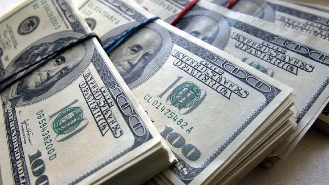 Курс доллара вырос еще на 5 тенге, многие обменники его не продают