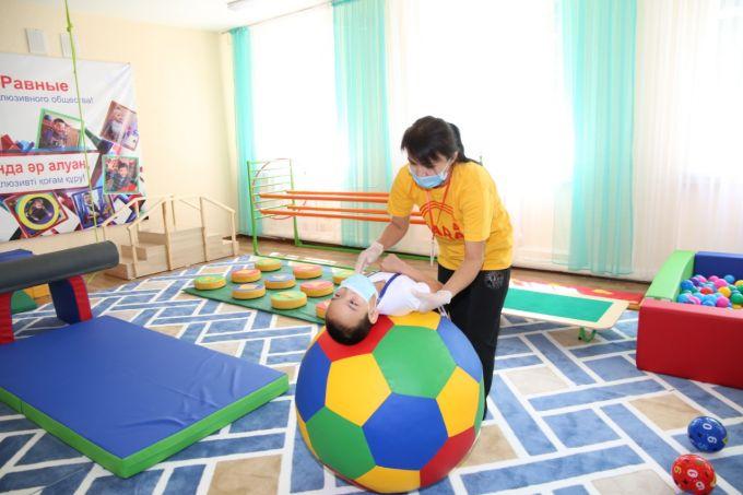 Сапарбаев поздравил воспитанников детского дома с днем защиты детей 5