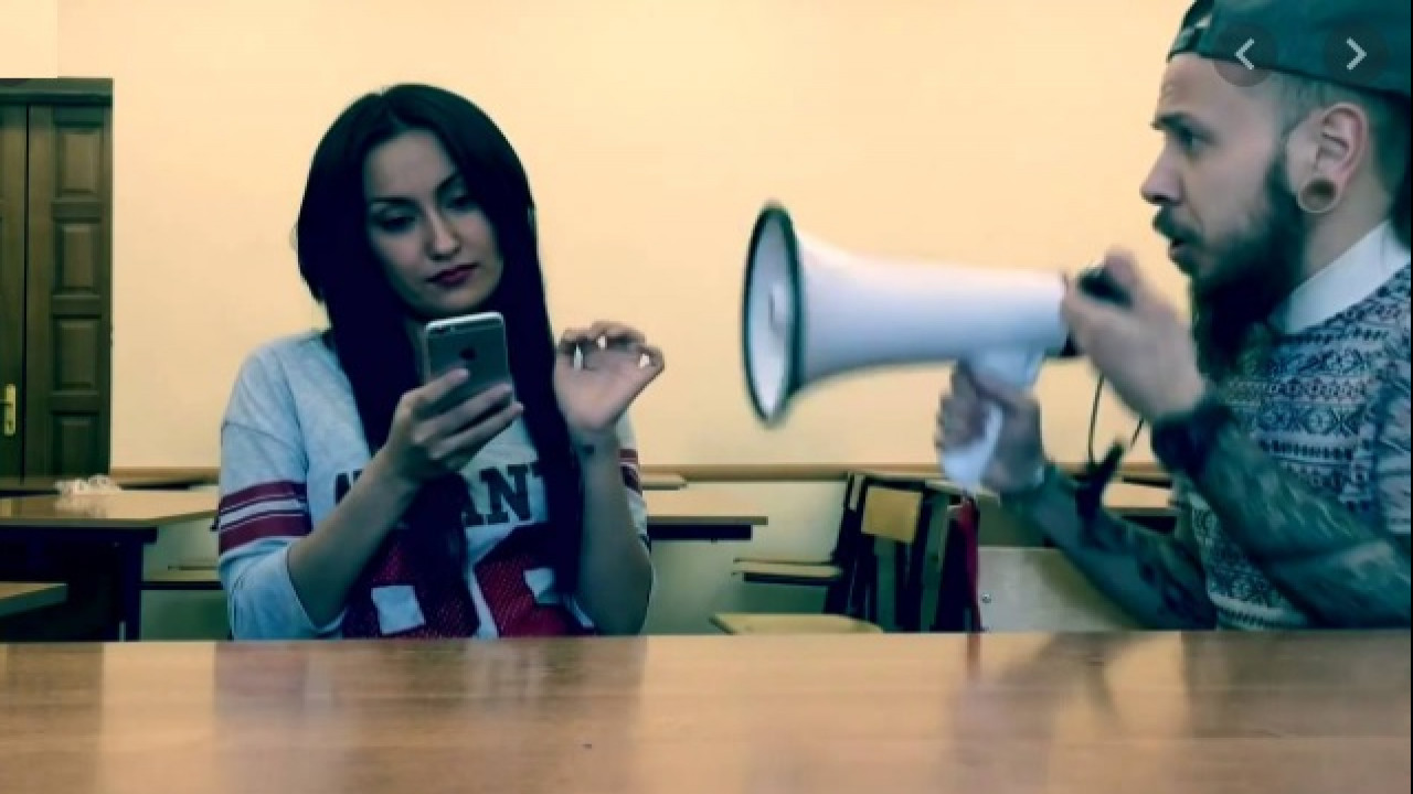 Девушка сидит в телефоне на работе работа в вебчате старица