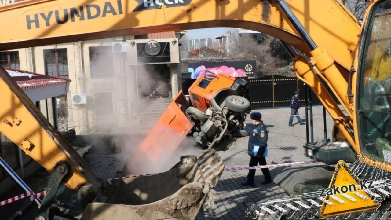 Грузовик провалился под землю в Алматы