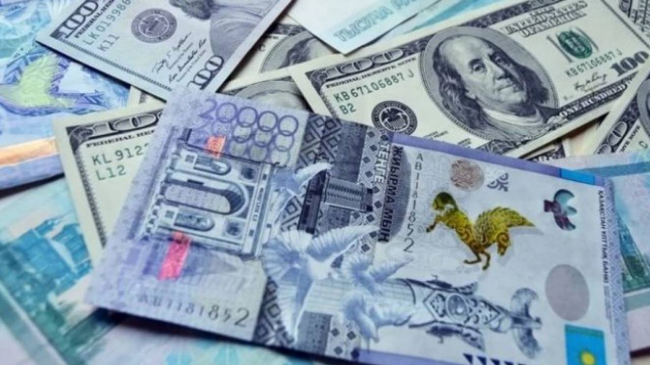Курс доллара составил 424,43 тенге