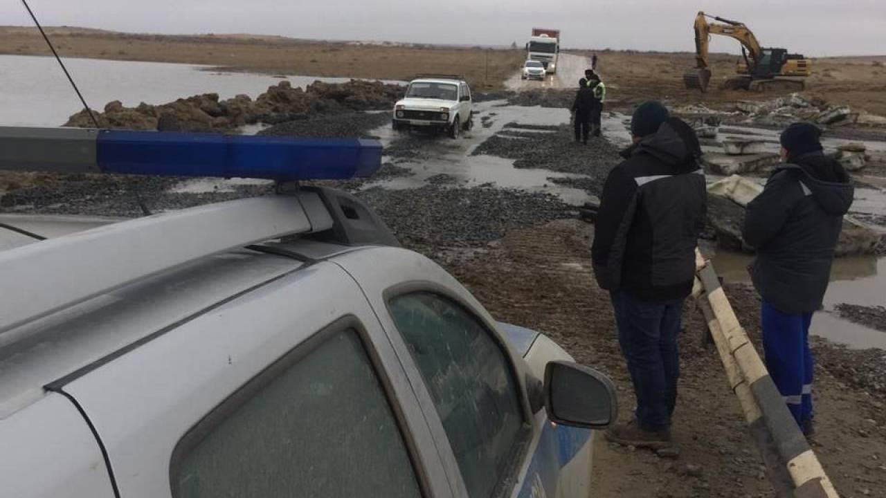 Талая вода снесла мост в Атырауской области