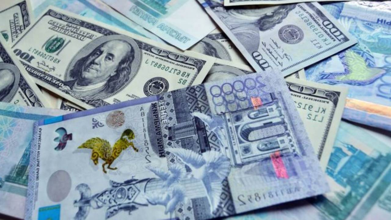 Курс доллара составил 433,54 тенге