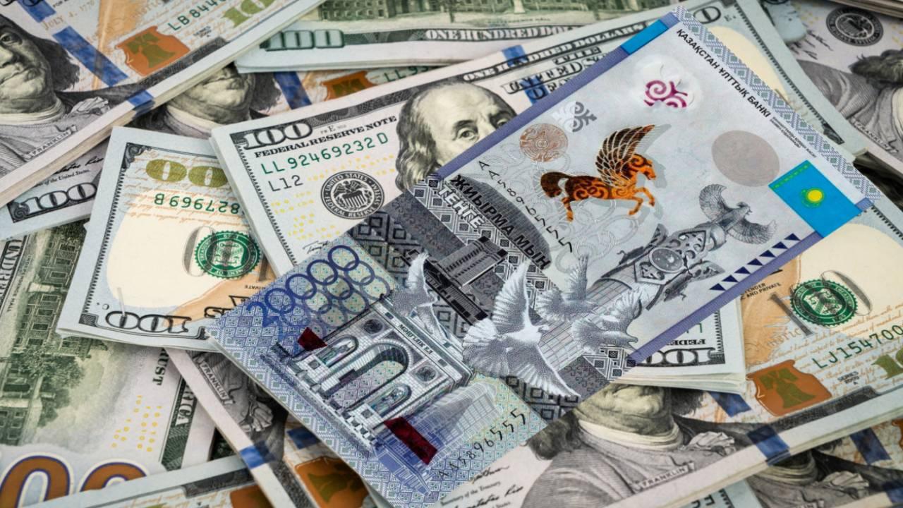Курс доллара составил 429,68 тенге