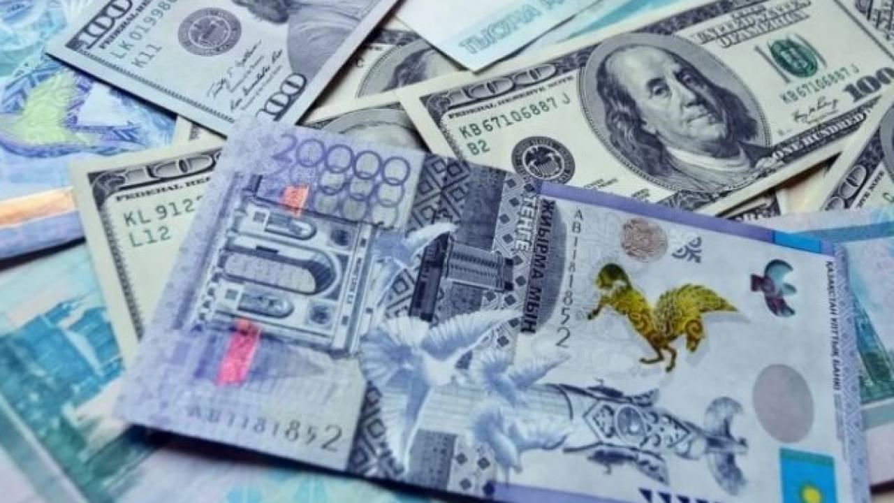 Курс доллара составил 427,81 тенге