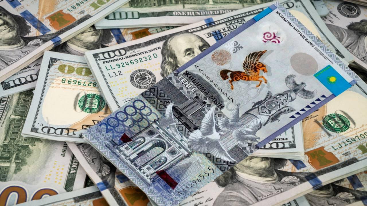 Курс доллара составил 429,37 тенге