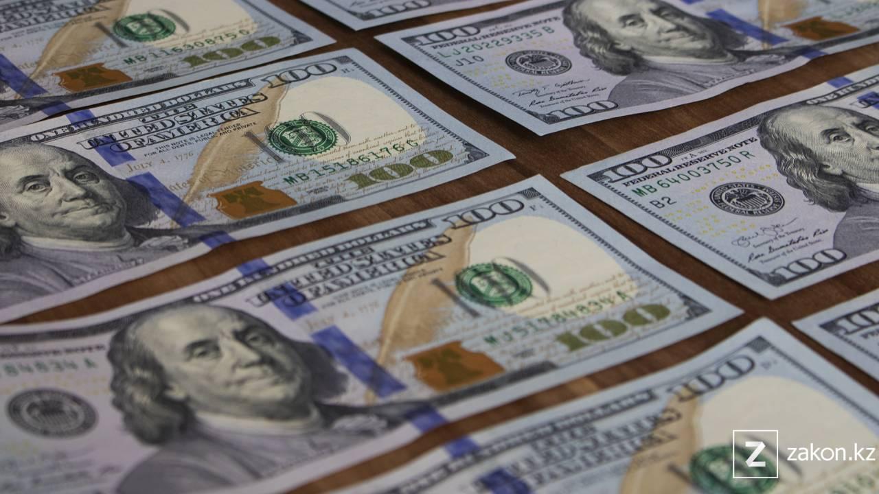 Курс доллара составил 427,71 тенге