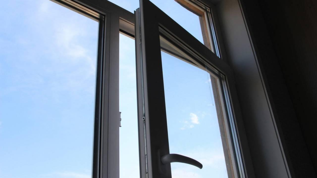Мужчина с 1,5 млн тенге выпрыгнул в окно: ограбление кафе попало на видео в Нур-Султане