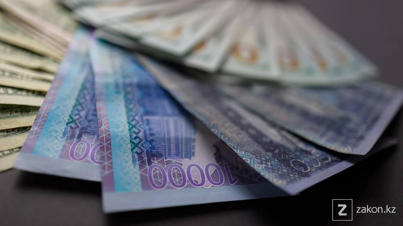 Курс доллара составил 423,92 тенге