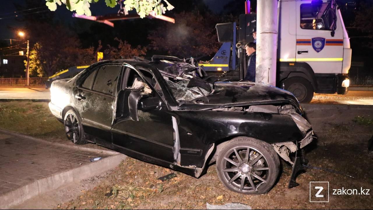 В Алматы после столкновения автомобиля со столбом погиб водитель
