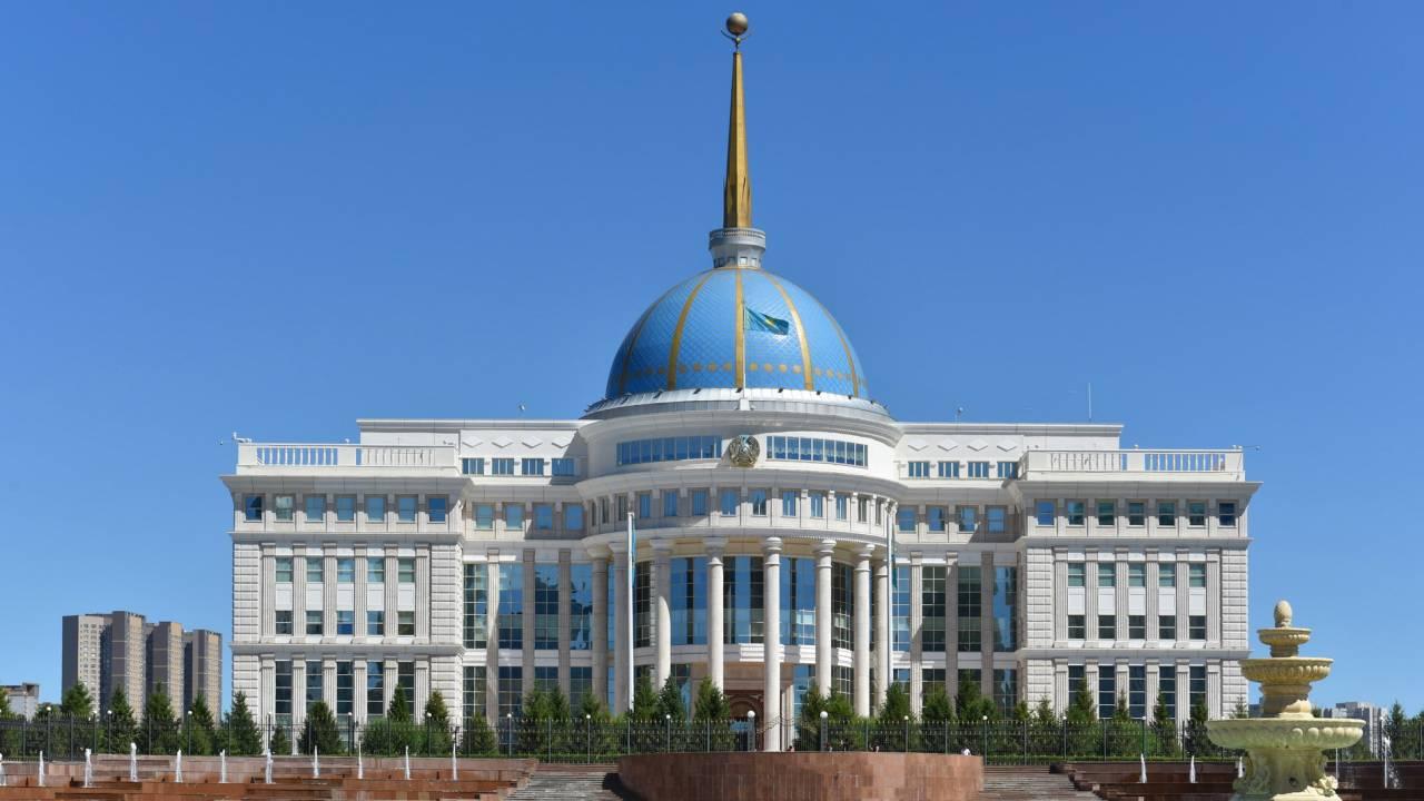 К.Токаев наградил погибших при взрывах в Жамбылской области
