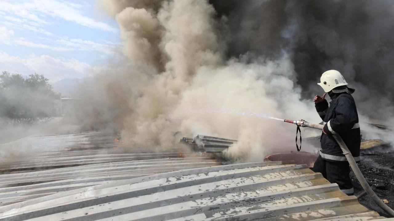 В Алматы горит крыша жилого дома